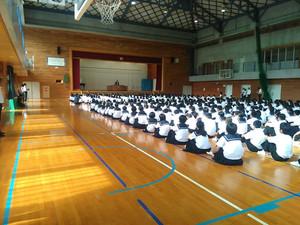 1校時,体育館で2学期始業式が行われました。