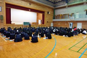 1年生は5校時に体育館で,2月8日に行われる職業講話の事前学習を行いました。