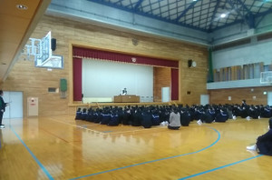 1校時,体育館で3学期の始業式が行われました。