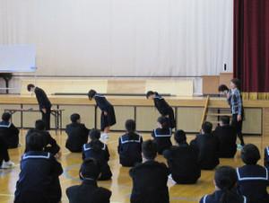 2年生は職場体験学習に向けてのマナー講座を行いました。