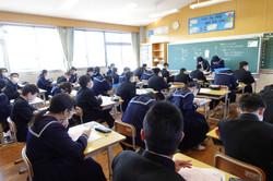1校時は各学級で休業中の生活面や学習面の振り返りを行いました。