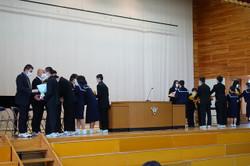 代表の生徒たちから転出される先生方一人一人に花束が贈られました。