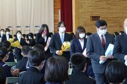 学校長の先導で,生徒の花道の間を通って転退職職員が退場しました。